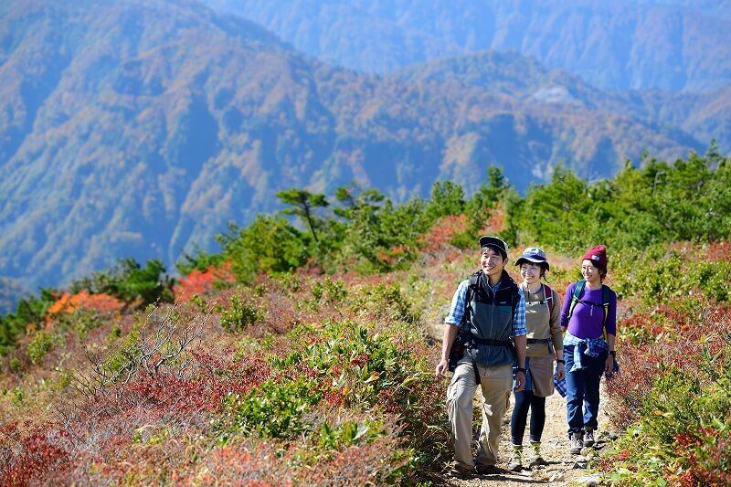 錦秋の三方岩岳トレッキング