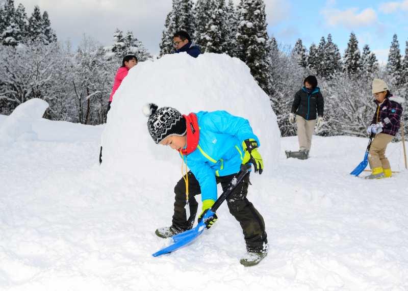 雪の森で家族の冬休み